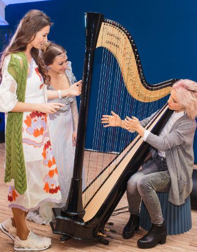 Ирина Тонева играет на арфе