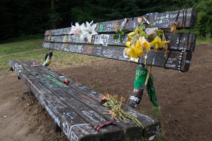 Скамья рядом с домом Курта Кобейна покрыта граффити, цветами и посланиями фанатов
