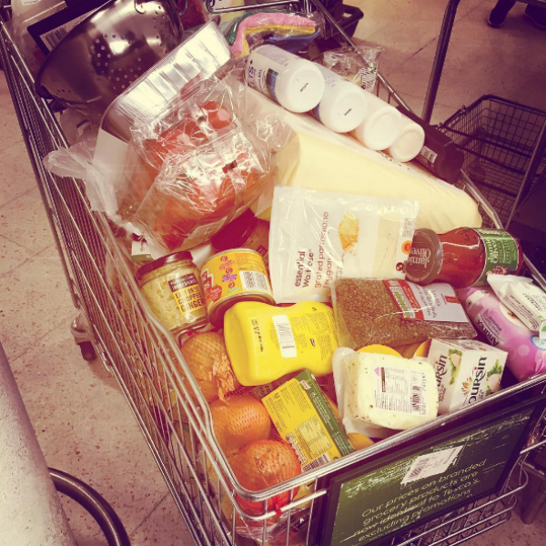 Линдсей набрала полную корзину продуктов для любимого