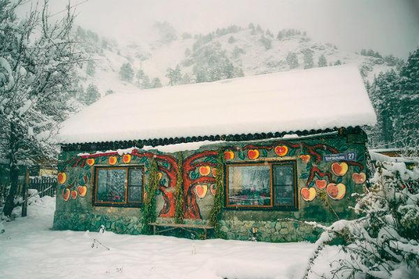 Дом Казиной в Узнезе узнаешь сразу – она сама украсила его стены рисунками