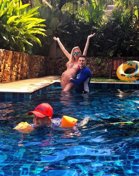 В жарких краях Дарья Пынзарь отдыхает вместе с семьей - мужем Сергеем и сыном Артемом