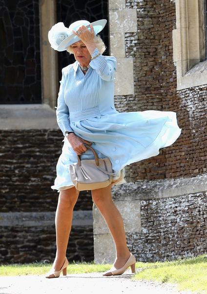 Голые ягодицы Кейт Миддлтон и потные подмышки Меган Маркл: модные конфузы членов королевской семьи