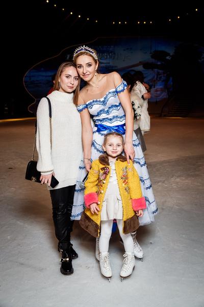 Татьяна Навка с дочерьми Александрой и Надеждой