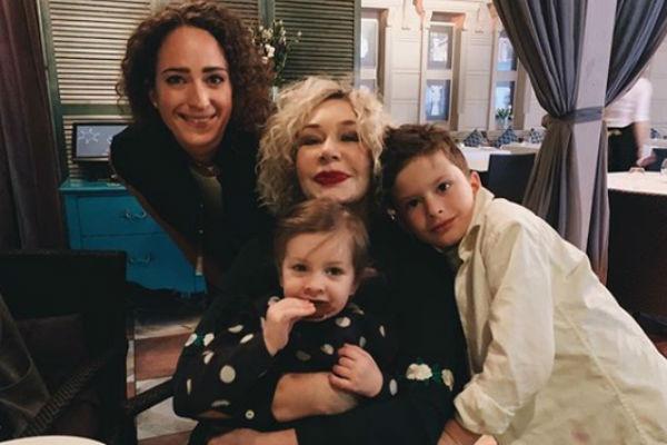 Татьяна Васильева с дочерью и внуками