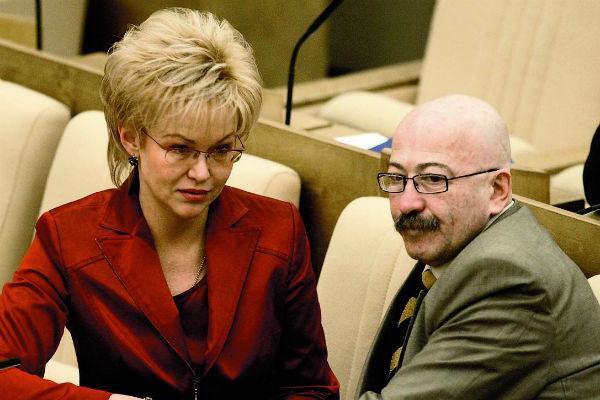 Артист состоял в партии «Единая Россия» с 2003 по 2005 год. На фото – с депутатом Татьяной Яковлевой на пленарном заседании в Госдуме, 16 апреля 2004 года