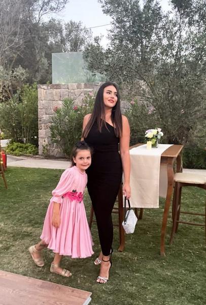 Дочь Крутого выглядела безупречно в черном платье