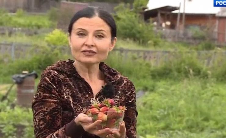 Владимирская занимается садом и огородом в деревне