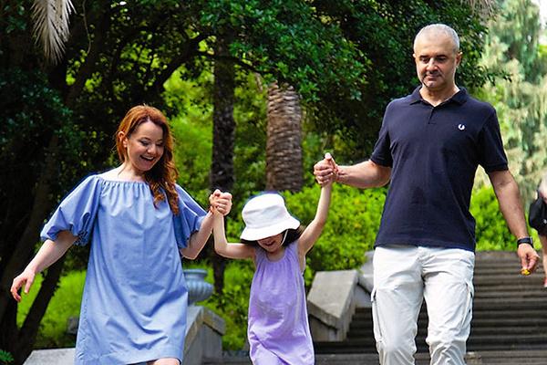 Как только наступают выходные, актриса летит в Сочи к супругу Артуру и дочке Софье