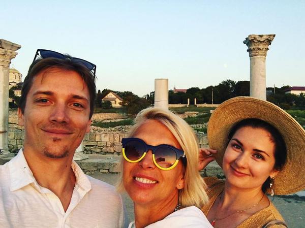 Алена с сыном Васей и его девушкой Машей