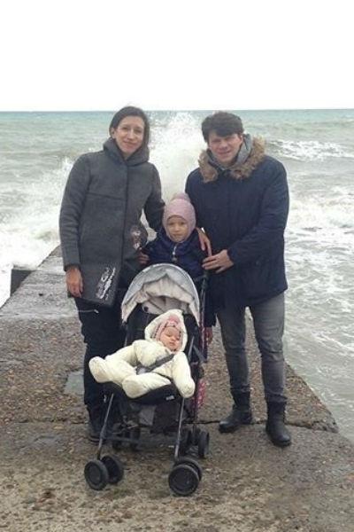 Елена Борщева с мужем и дочками - Мартой и Умой