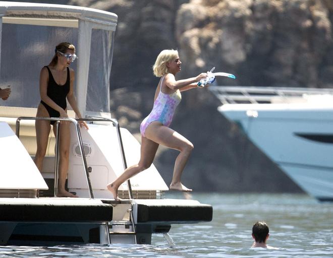 Знаменитости отдыхают на роскошной яхте медиамагната