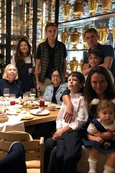 Екатерина Климова и Игорь Петренко на ужине с детьми, родными и друзьями
