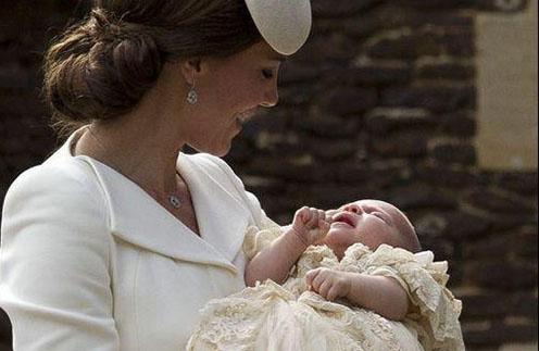 Кейт Миддлтон с Шарлоттой перед совершением таинства крещения