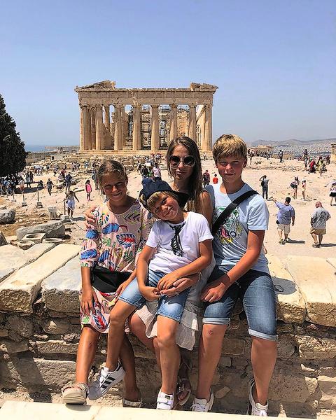 ...в Афинах семья побывала у развалин храмов