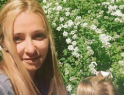 Татьяна Навка учит младшую дочь плавать