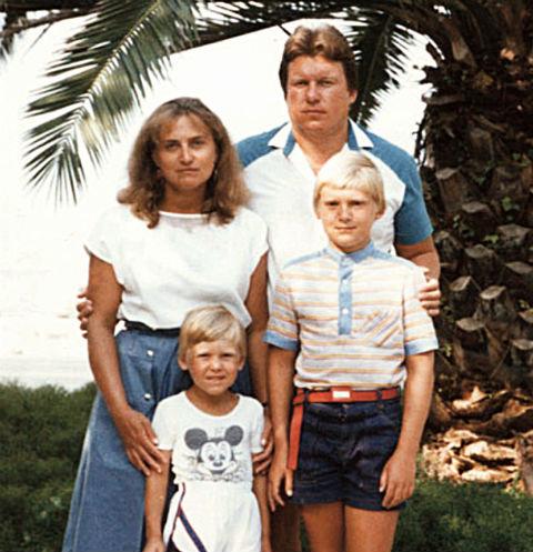 Саша с детства много путешествовал. На фото-с мамой,папой и старшим братом Максимом