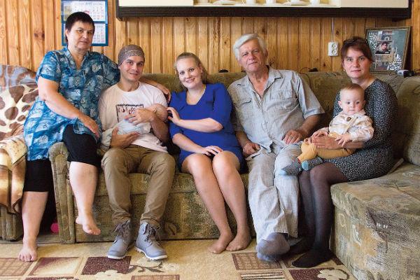 Родители с обеих сторон помогают новоиспеченной семье. На одном ребенке ребята останавливаться не собираются