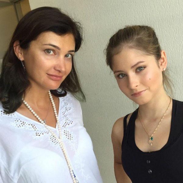 Фигуристка со своим преподавателем Варварой Табутаровой