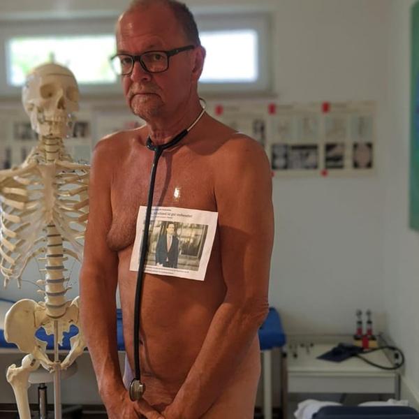 Немецкие врачи позируют голыми