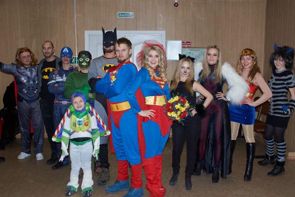 Александра и Владимир пришли в загс в костюмах супергероев, гости поддержали молодоженов