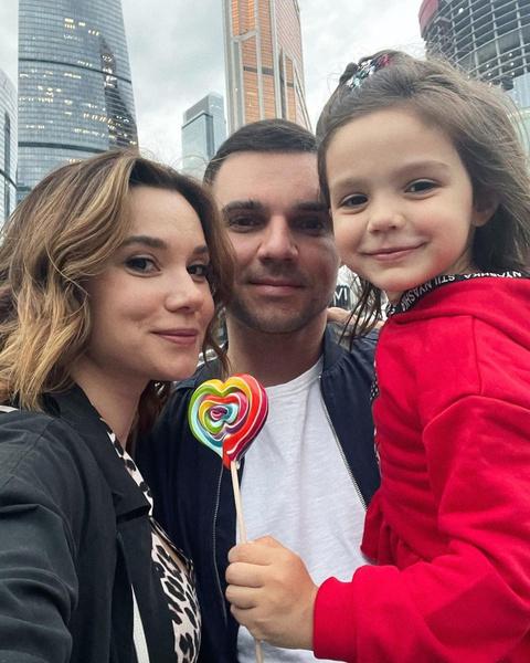 Галина Безрук и Артем Алексеев с дочерью Василисой
