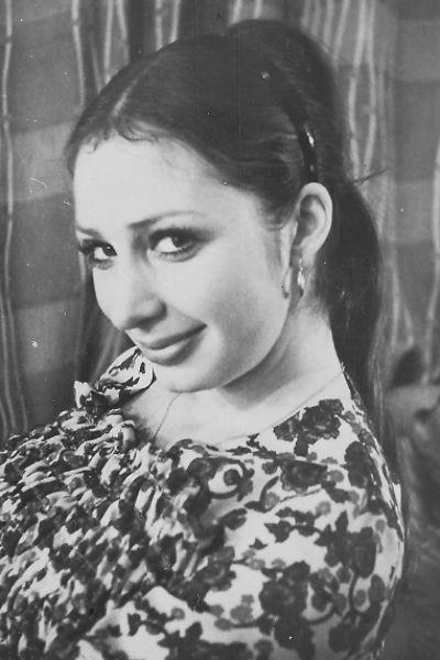 Первую роль в театре актриса получила в 22 года