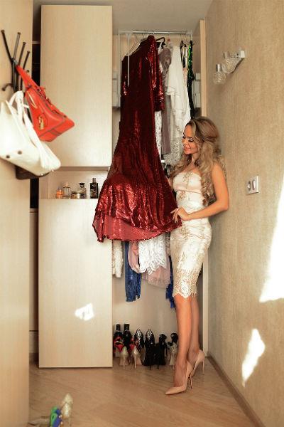 В апартаментах две гардеробные: одна – для нарядов, другая – для верхней одежды