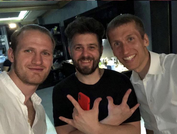 Представитель певицы уверен, что вклад в разрушение брака Пелагеи и Телегина внес брат Гончар Игнат Дергунов (в центре)