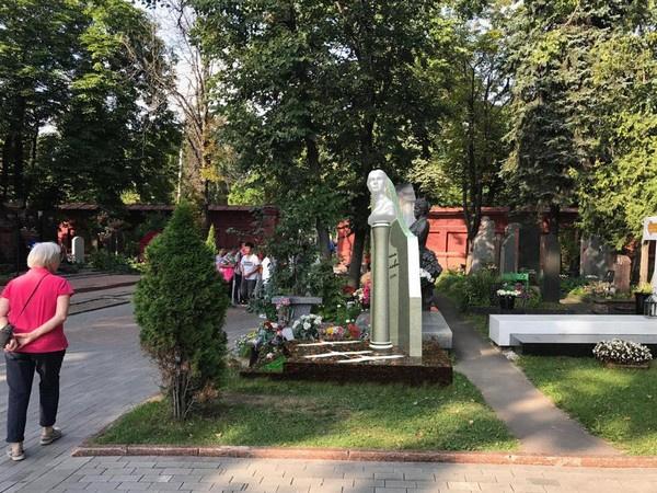 Студия «Монарх» принимала участие в создании монумента Льву Дурову. Эксперты решили сделать особенный памятник Самойловой, поэтому остановились на хрустале