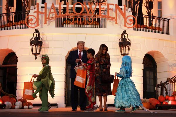 Дети пришли к Белому дому в карнавальных костюмах