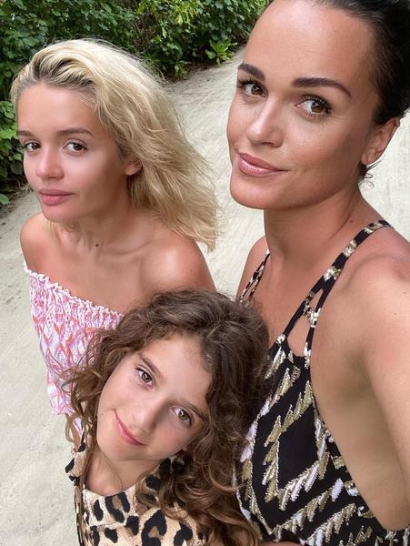 Артистка воспитывает двоих дочерей