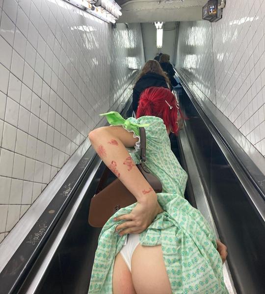 Эрика решилась оголиться в метро