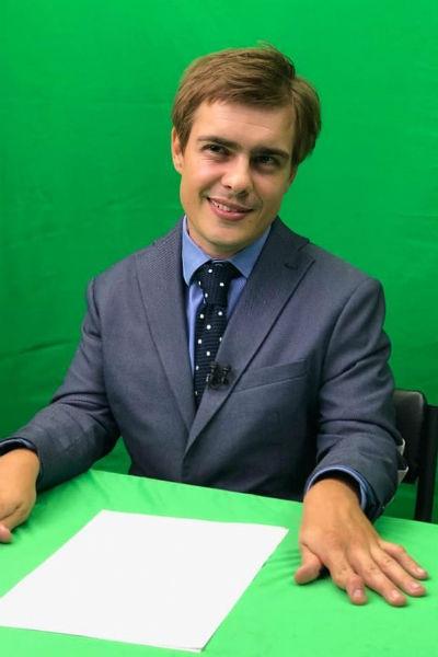 Сергей помогает сыну создавать канал на YouTube