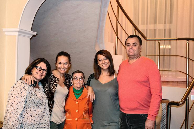 Звезда была очень близка с семьей. На фото — с мамой, сестрой, бабушкой и отцом