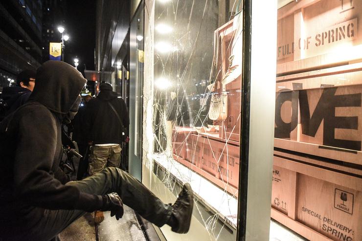В Нью-Йорке от рук мародеров пострадали десятки магазинов