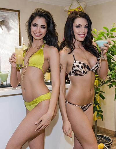 Модели в купальниках