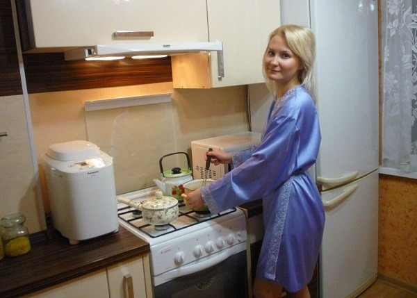 Катя Богданова на кухне той самой квартиры, которую продал Должанский