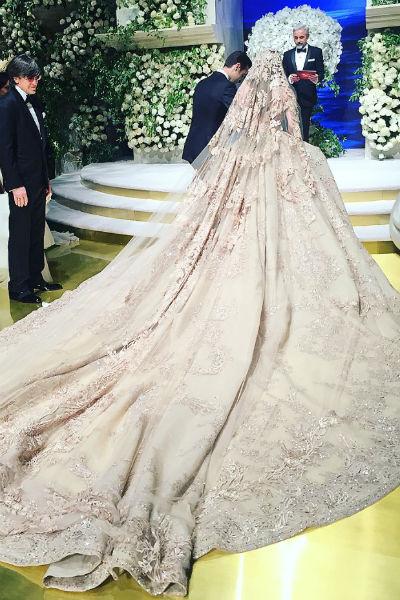 Невесте было сложно передвигаться из-за огромного шлейфа платья