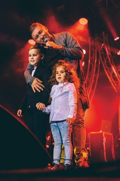 Дети Степы и Кати, 10-летний Даня и 4-летняя Адриана, часто приходят на концерты поддержать папу