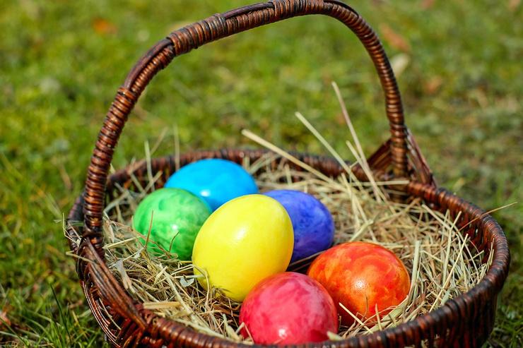 По традиции на Пасху красят яйца