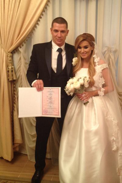 Молодожены демонстрируют свидетельство о браке