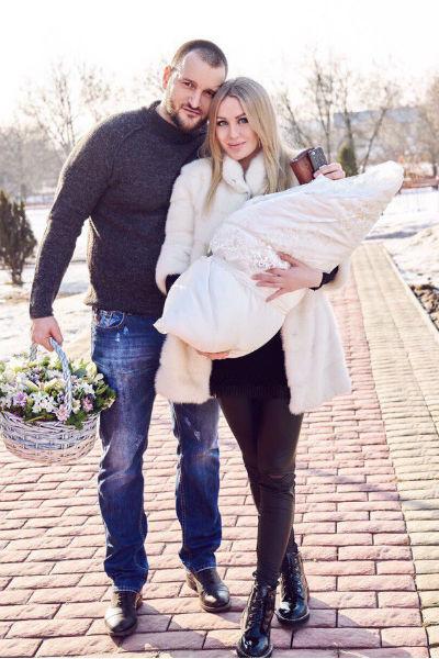 Юлия и Алексей на выписке из роддома