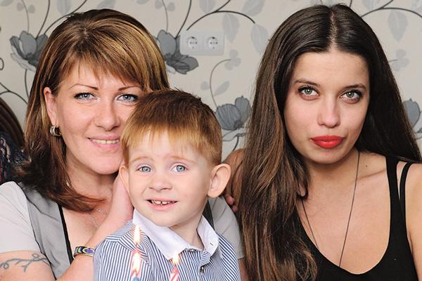 На фото с трехлетия Жени (слева направо) – Вика Фадеева, сам именинник и обозреватель «СтарХита» Ольга Родина, 6 сентября 2014 года