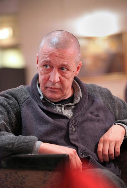 Ефремов поддерживает связь с близкими и некоторыми друзьями по телефону