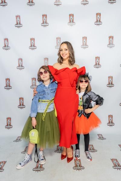 Певица пришла на проект с дочерьми