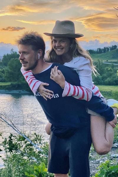 Влюбленные путешествуют и проводят выходные вместе