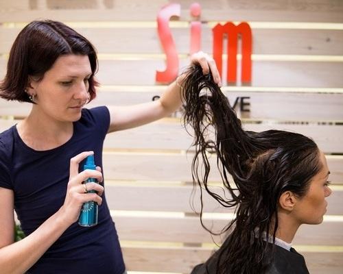 Перед укладкой волосы обрабатываются несмываемым спрей-блеск