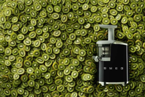Стиль жизни: SMEG представит шнековую соковыжималку в «Стиле 50х» – фото №3