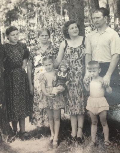 Алла - в центре, с куклой. 1955 год