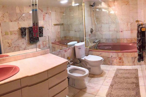 В квартире два санузла: один – с ванной, другой – с душевой кабиной